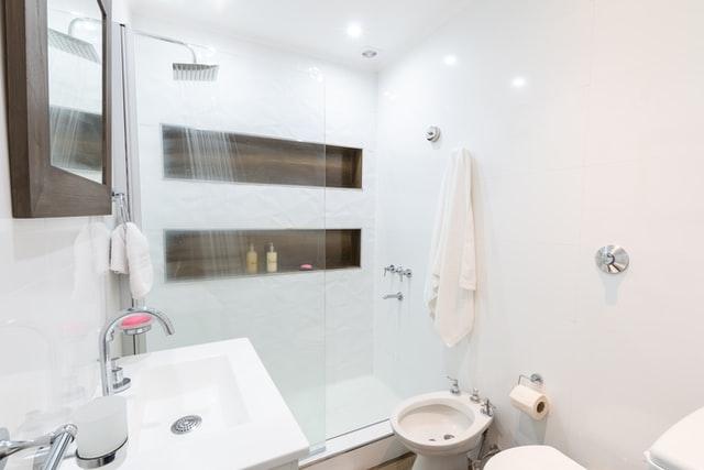 Дизайн интерьера ванной комнаты с душевой