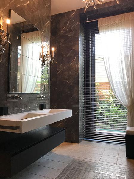 Дизайн интерьера ванной комнаты в темном цвете
